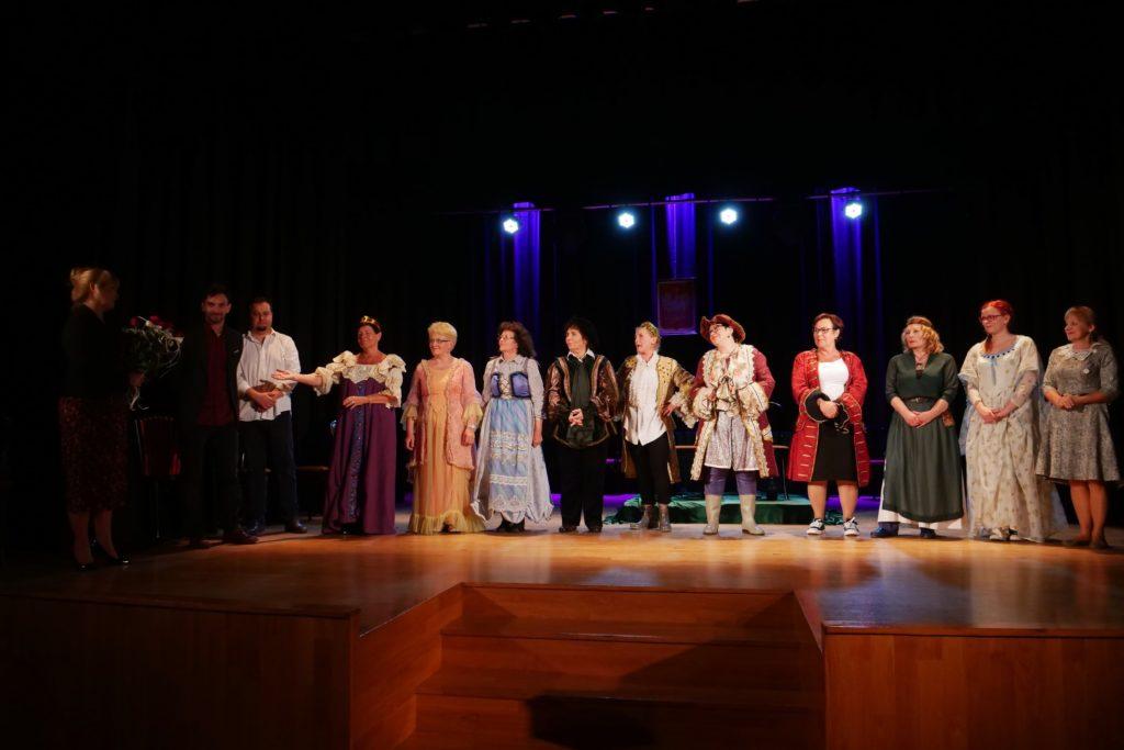 """Aktorzy na scenie podczas spektaklu """"Hamlet we wsi Komorne Głuche"""" / Grupa Teatralna Agrafka - MOK Wojkowice"""