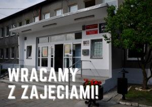 """Grafika przedstawiająca budynek MOK z napisem """"wracamy z zajęciami!"""""""