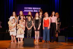 """IX Ogólnopolski Festiwal Wokalny """"Mikrofon, MOK i Ty"""" - zdjęcie laureatów"""