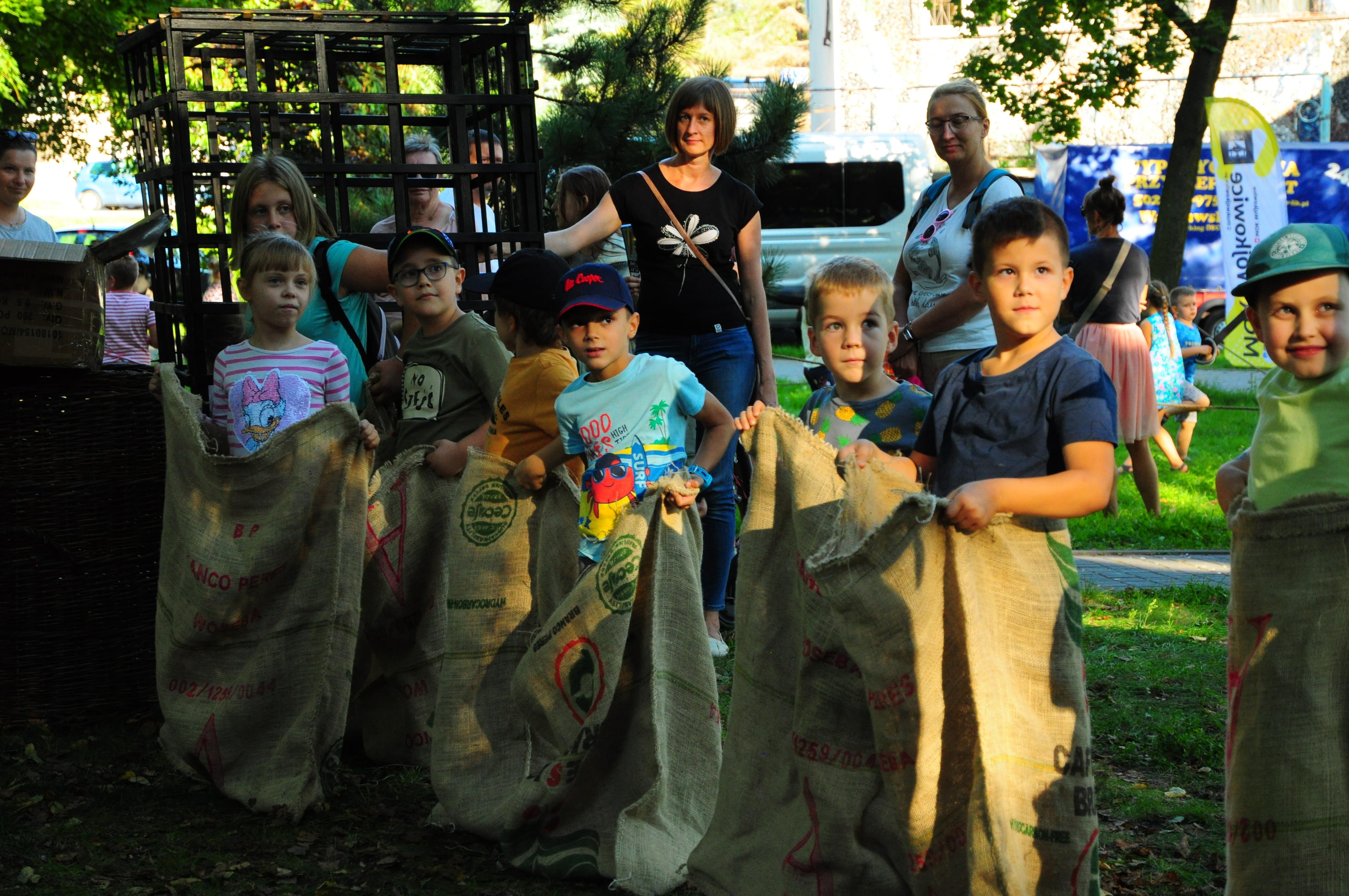 Uczestnicy podczas pikniku pirackiego w Parku Miejskim w Wojkowicach