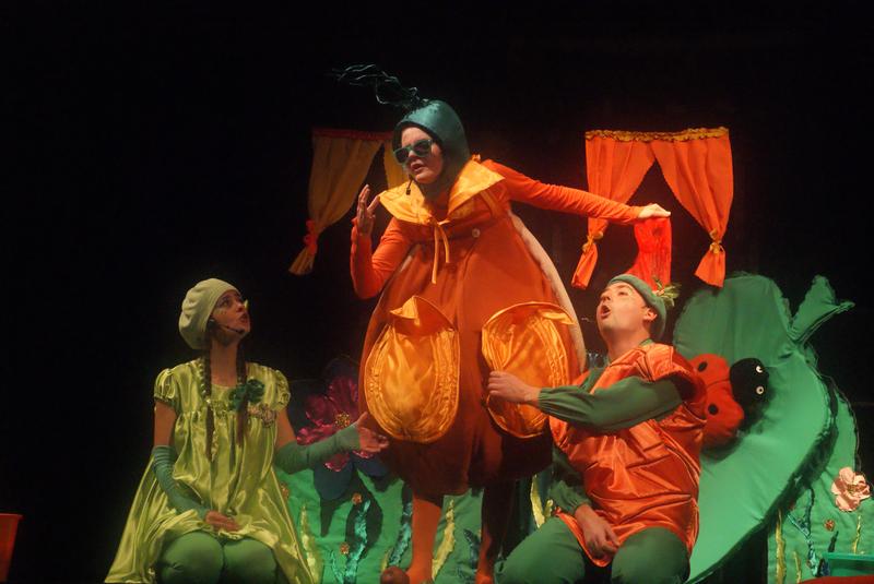 """Zdjęcie przedstawiające aktorów na scenie podczas spektaklu """"Królewna Fasolka"""""""