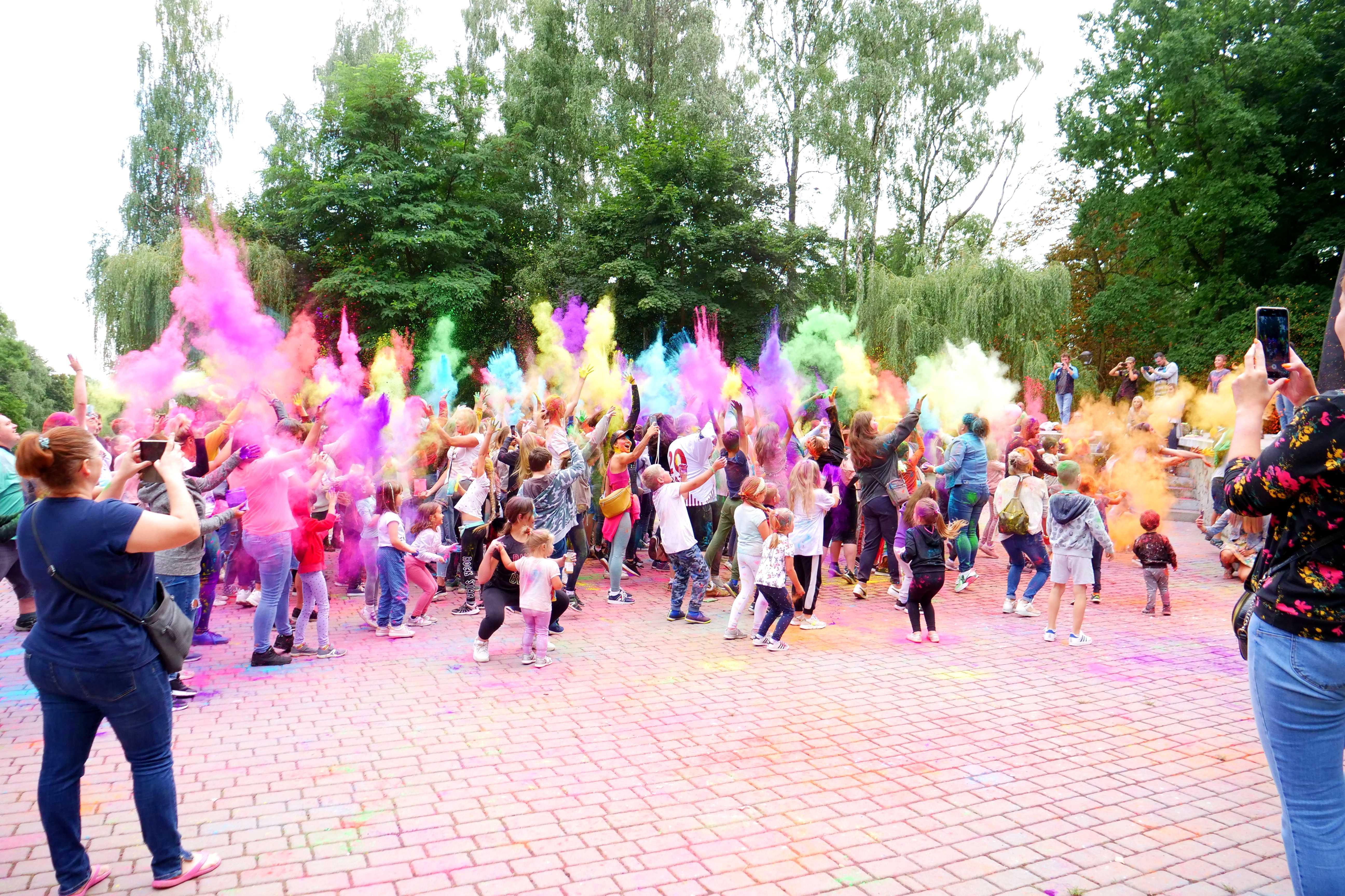 Uczestnicy wydarzenia Holi Święto Kolorów - festiwal Kolorów w Wojkowicach w Parku Miejskim w Wojkowicach