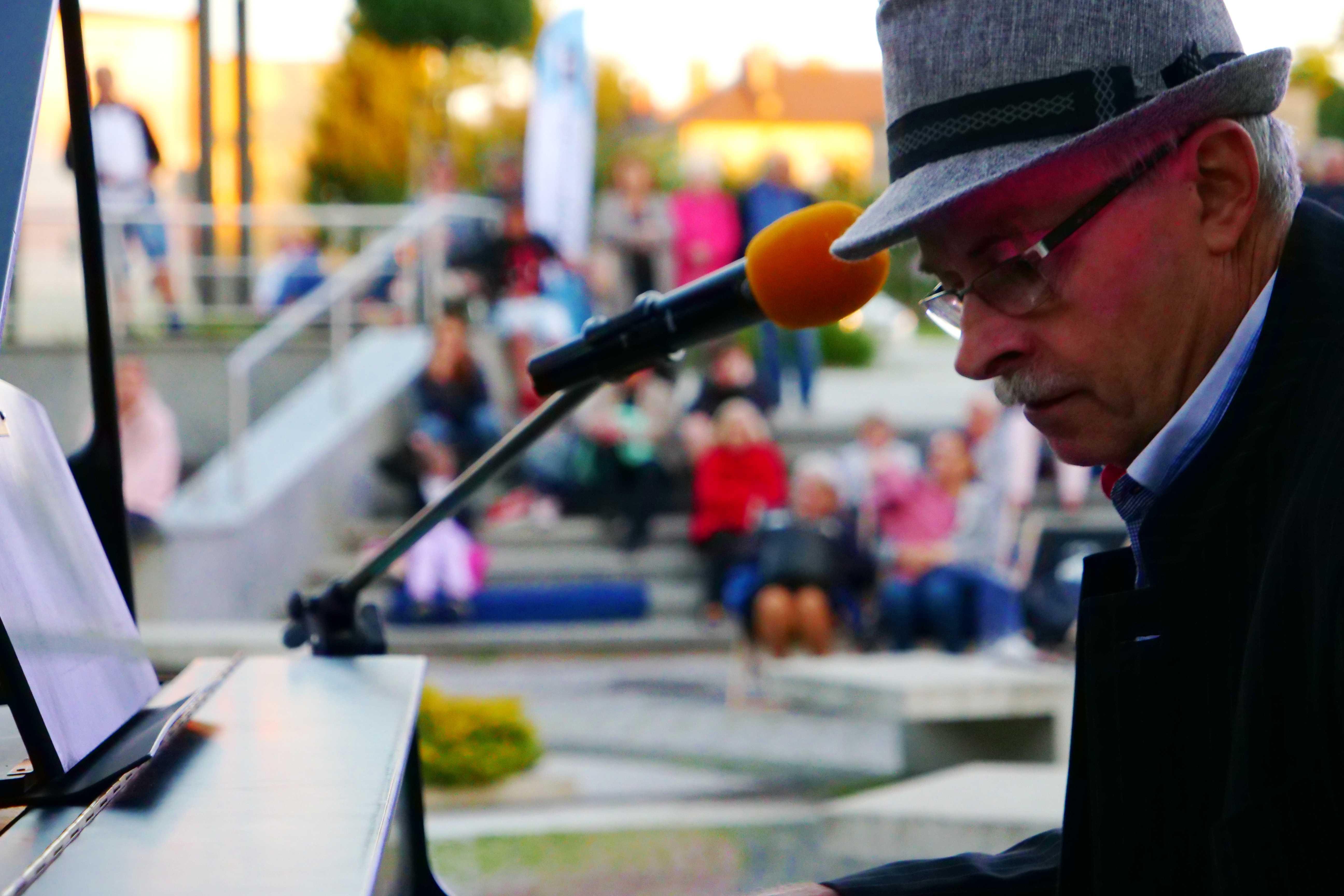 Pianista Leszek Czarnecki oraz publiczność podczas Wieczorku Muzycznego w Parku Miejskim, MOK Wojkowice