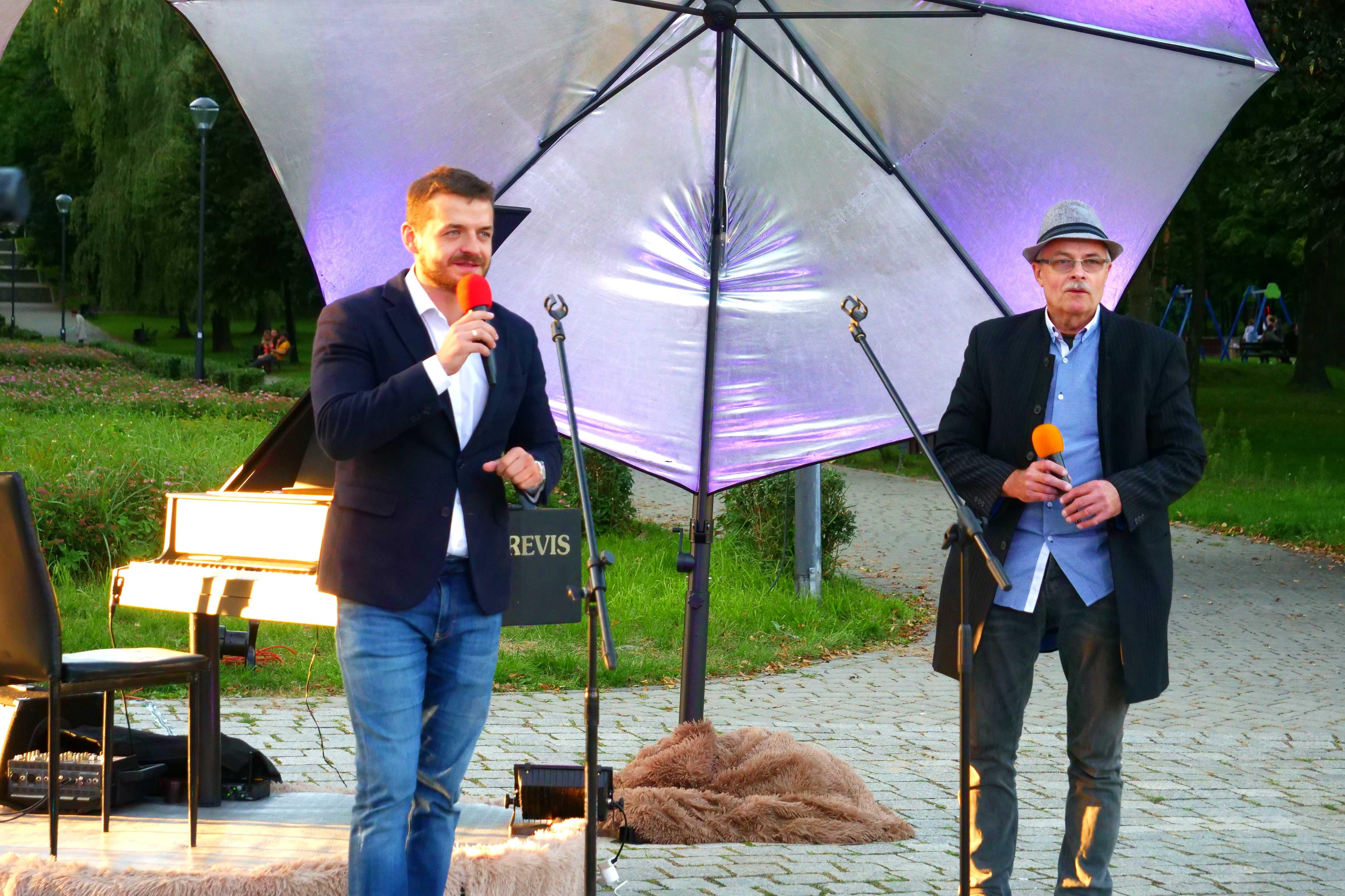 Burmistrz miasta Wojkowice Tomasz Szczerba i Leszek Czarnecki podczas Wieczorku Muzycznego w Parku Miejskim, MOK Wojkowice