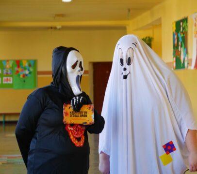 Pracownicy MOKu przebrani w halloweenowe stroje - akcja promocyjna wypożyczalni Kameleon w wojkowickich szkołach