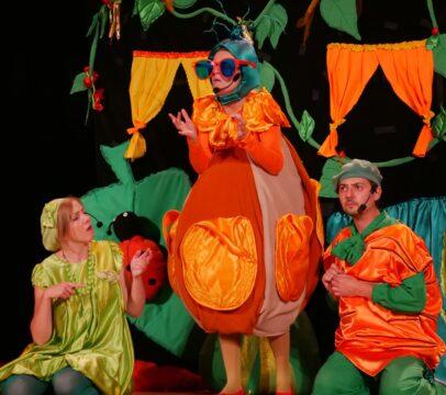 Aktorzy na scenie podczas spektaklu dla dzieci Królewna Fasolka