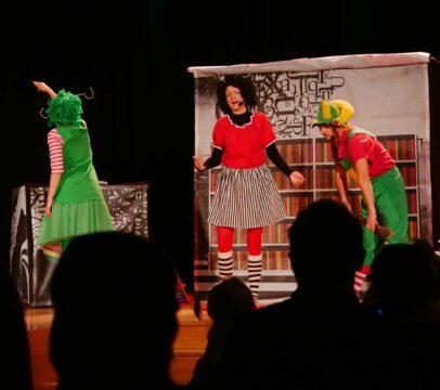 Aktorzy na scenie podczas imprezy Spektakl dla dzieci Na tropie zaginionej opowieści MOK Wojkowice